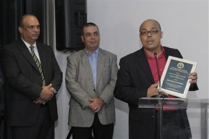 El-editor-económico-Jairon-Severino-da-las-gracias-por-el-premio