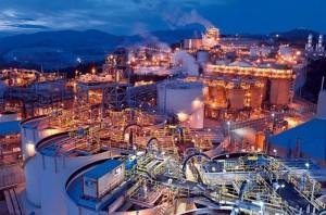 panorámica-nocturna-de-las-instalaciones-de-la-compañía-minera-Barrick-Pueblo-Viejo,-Cotuí