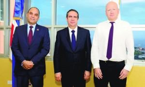 Enrique Ramírez Paniagua, administrador general de Banreservas; el ministro de Turismo, Francisco Javier García, y Rob Dwyer, editor económico de Euromoney para América Latina
