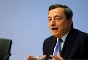 Le président de la Banque centrale européenne (BCE), Mario Draghi, a déclaré jeudi qu'un soutien public pourrait contribuer à résoudre le problème posé par le niveau élevé des créances douteuses dans le système bancaire dans la zone euro. /Photo prise le 21 juillet 2017/REUTERS/Ralph Orlowski