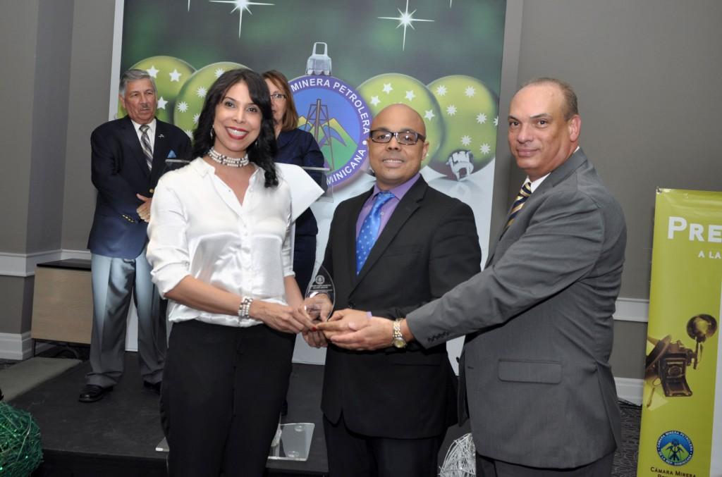 Cámara Minera Petrolera celebra coctel de navidad y entrega Premio a la Excelencia Periodística 2016 (4)