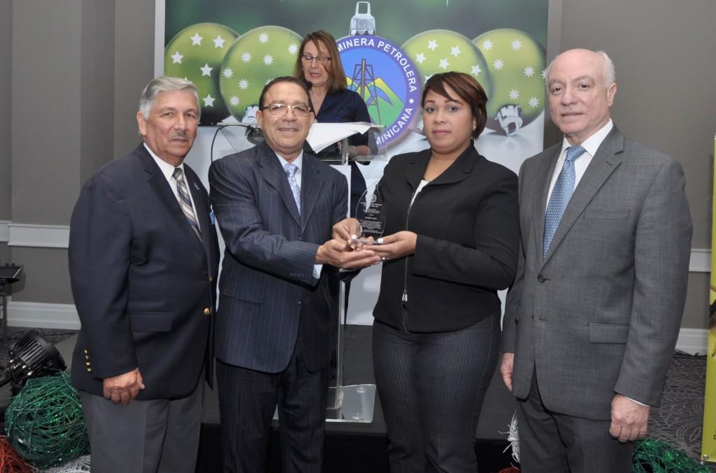 Cámara Minera Petrolera celebra coctel de navidad y entrega Premio a la Excelencia Periodística 2016 (6)