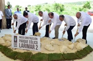Danilo-Medina-da-primer-palazo-construcción-parque-eólico-Larimar-2-en-Barahona