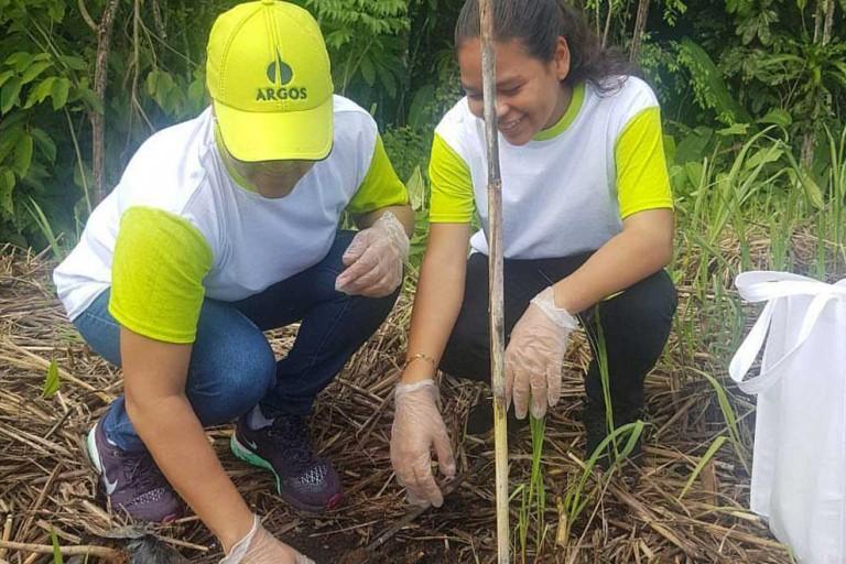 Argos-Dominicana-realiza-jornada-de-reforestación