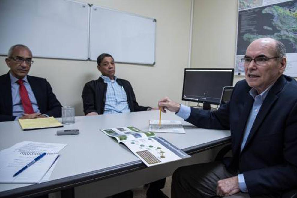 El-director-de-Gold-Quest,-Julio-Espaillat-el-gerente-general-Félix-Mercedes-y-el-encargado-de-responsabilidad-Social,-Robert-Crowley