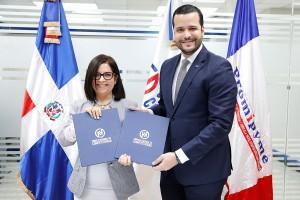 El-convenio-fue-firmado-por-Rafael-Paz-Familia,-director-ejecutivo-de-Competitividad,-y-Maira-Jiménez-Pérez,-directora-de-Banca-Solidaria