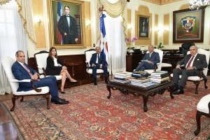 principales-ejecutivos-de-AES-y-de-Barrick-visitaron-al-Presidente-Danilo-Medina