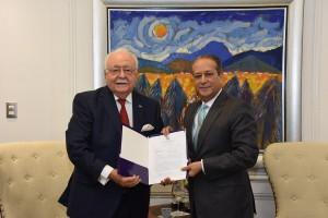 Antonio-Isa-Conde-entrega-el-anteproyecto-de-ley-de-la-Minería-Nacional-al-presidente-del-Senado-Reinaldo-Pared-Pérez
